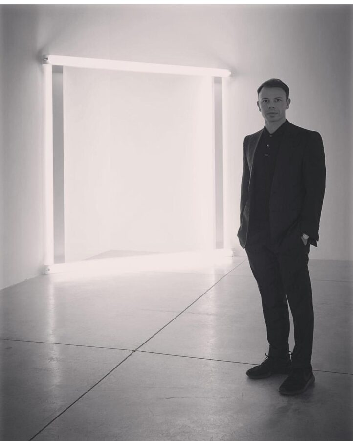 Niccolò Cardi davanti a un'opera di Dan Flavin Cardi Gallery Milano