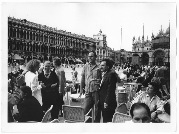 Bruno Ceccobelli con Jannis Kounellis al Caffè Florian, Venezia, 1988 (foto Stefano Fontebasso De Martino)