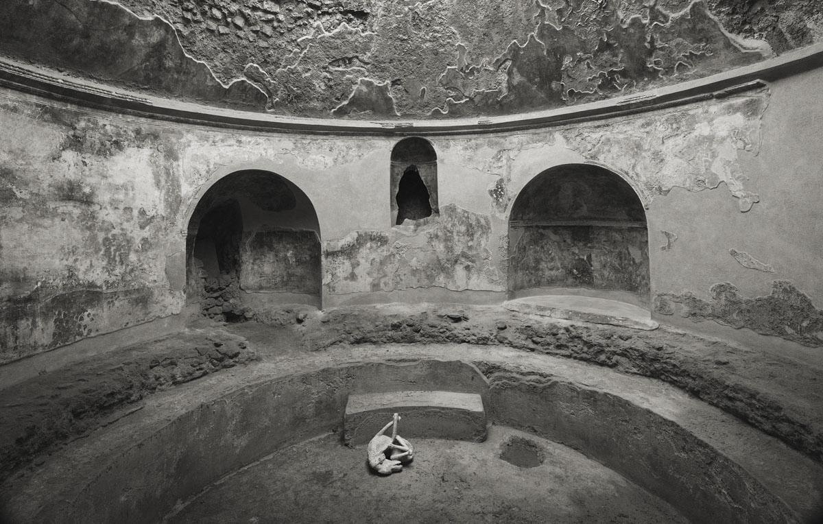 Requiem for Pompei: il curatore Daniele De Luigi racconta la mostra di Kenro Izu alla FMAV