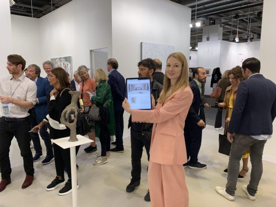 David Zwirner Direttore vendite online Elena Soboleva con il suo iPad presso lo stand Art Basel della galleria nel 2019. Foto di Andrew Goldstein.