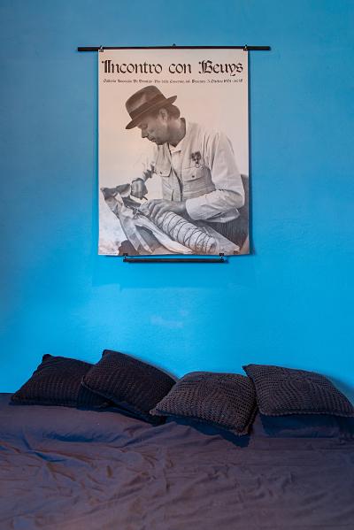 """La camera per gli artisti con il manifesto del 1974 """"Incontro con Beyus"""", alla galleria Lucrezia De Domizio, foto Natascia Giulivi"""