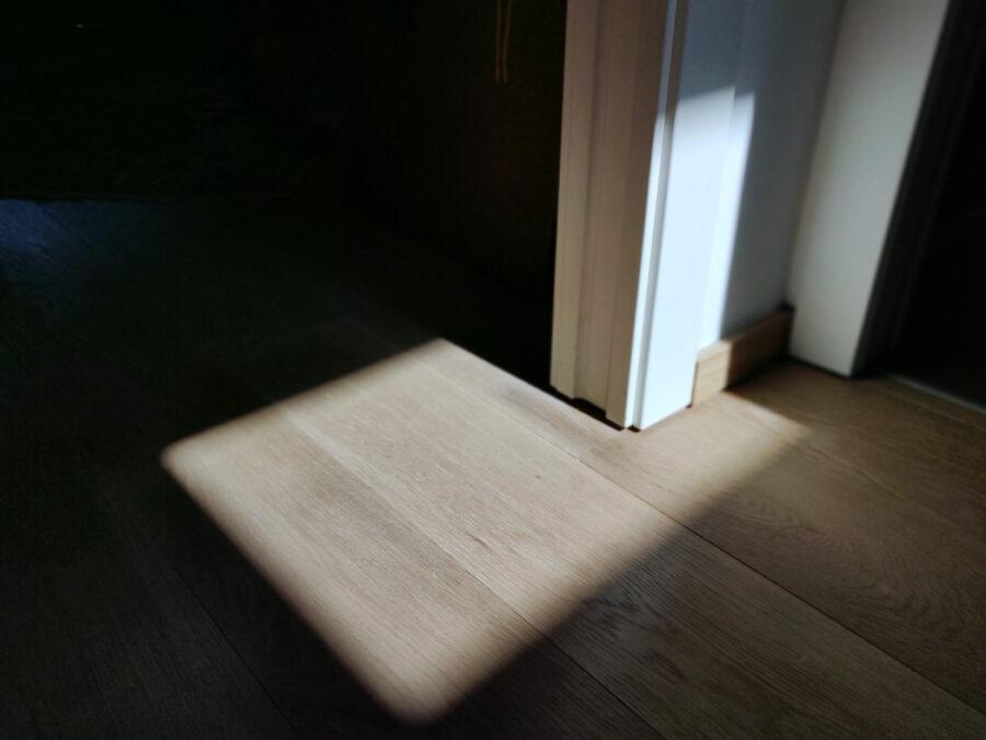 "Luca Rossi Lab, 2011 – 2020, ""...plays... (Place + Rays)"", luce solare, una casa, dim. variabili"