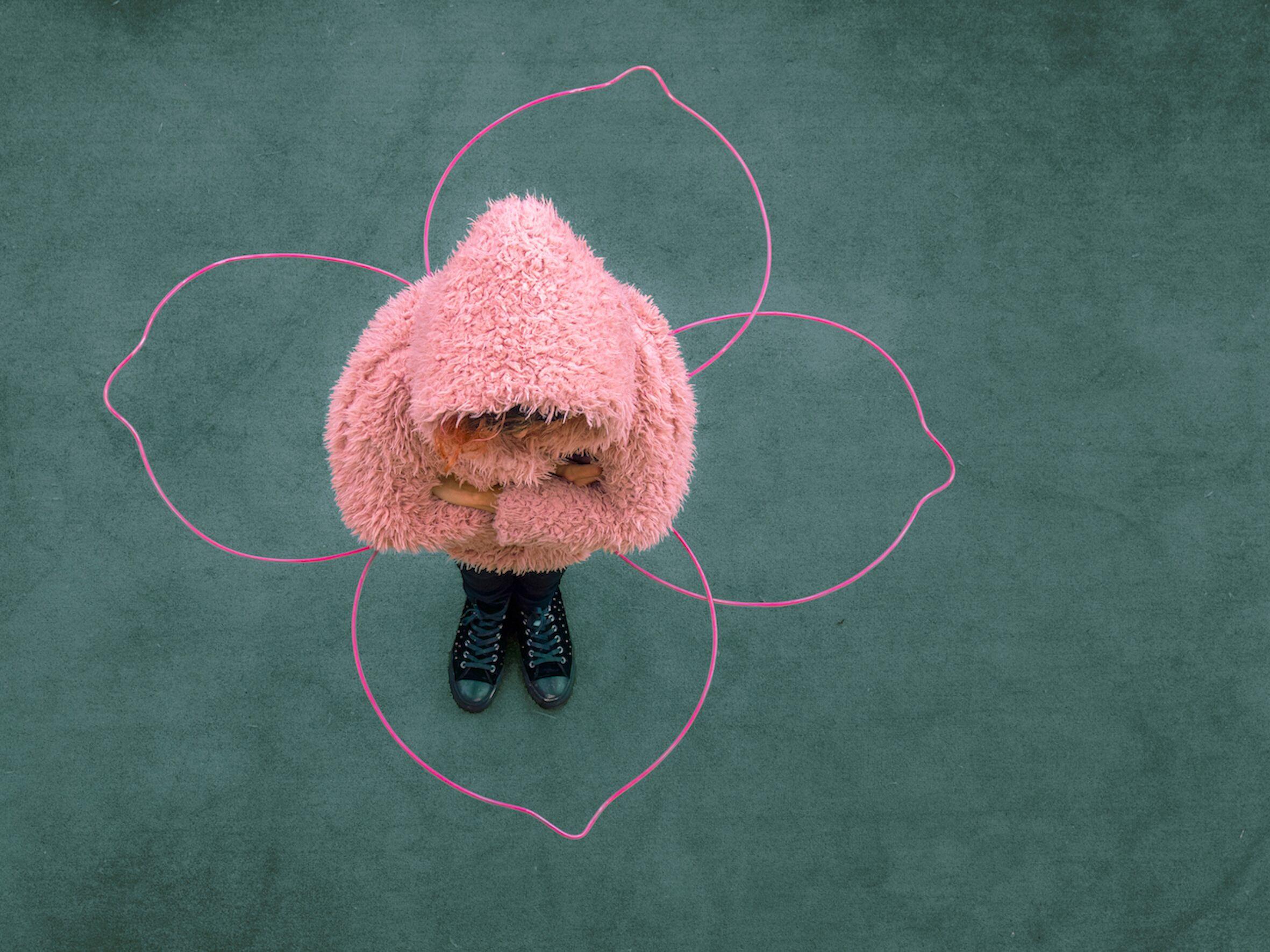 Mondo di sofferenza: eppure, i ciliegi sono in fiore. Una Corolla scultura per mantenere le distanze