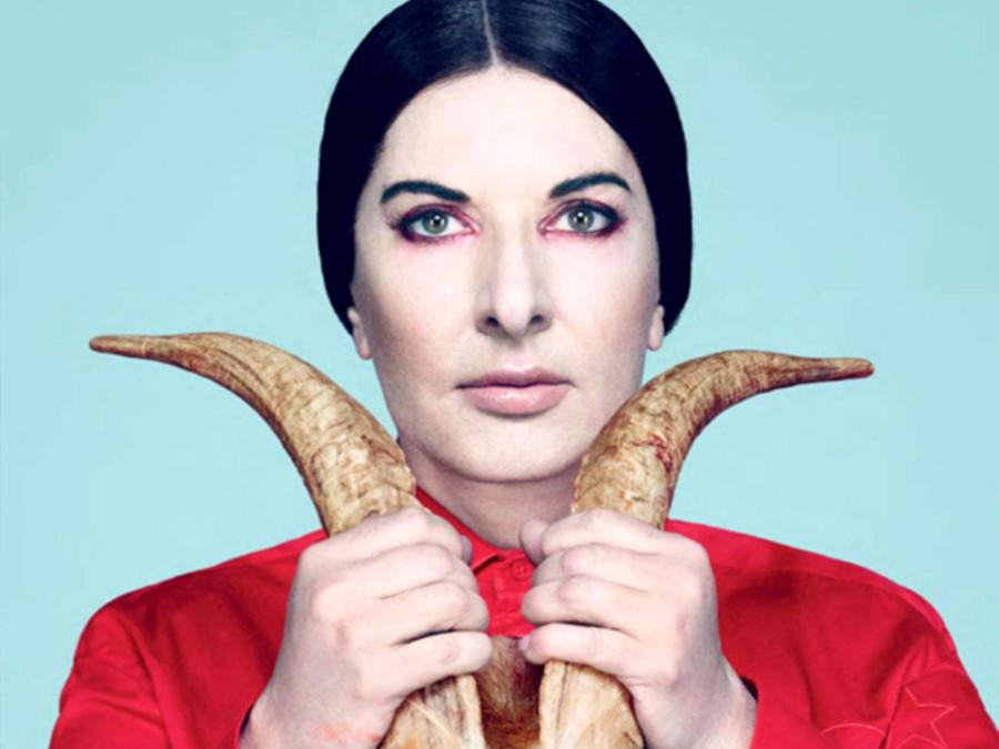 Marina Abramović con in mano un paio di corna