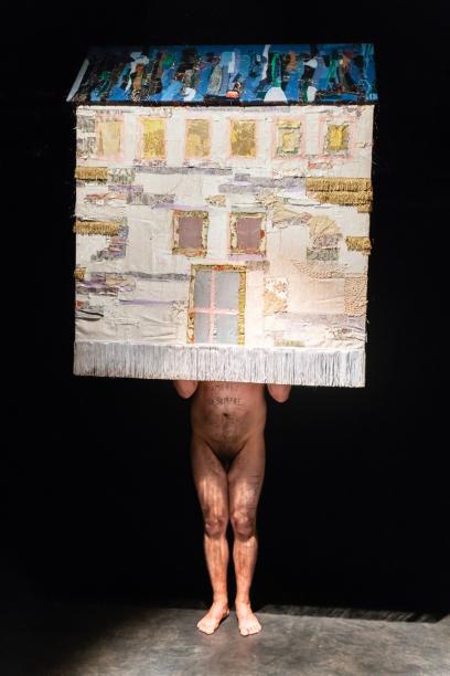Ruben Montini, A cozy home for me, my future husband and our lovely kids, 2019. Performance 8', Ph. Ela Bialkowska, OKNOstudio- Courtesy dell'artista e Prometeogallery di Ida Pisani, Milano - Lucca