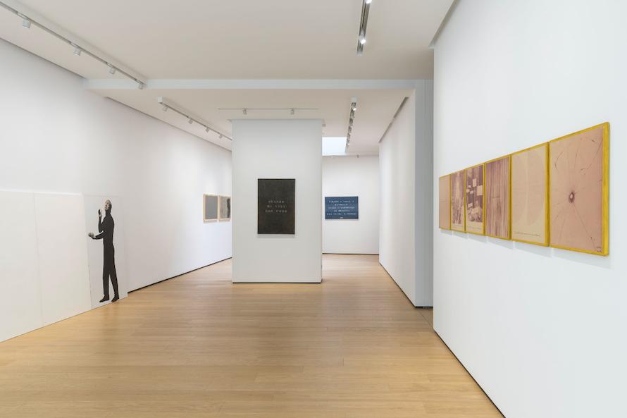 Installation view dalla mostra Vincenzo Agnetti – Autoritratti Ritratti, Scrivere – Enrico Castellani Piero Manzoni (22.10.2019-18.01.2020) © Roberto Marossi