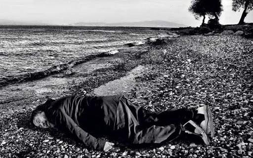 Ai Weiwei nella posa del piccolo Aylan