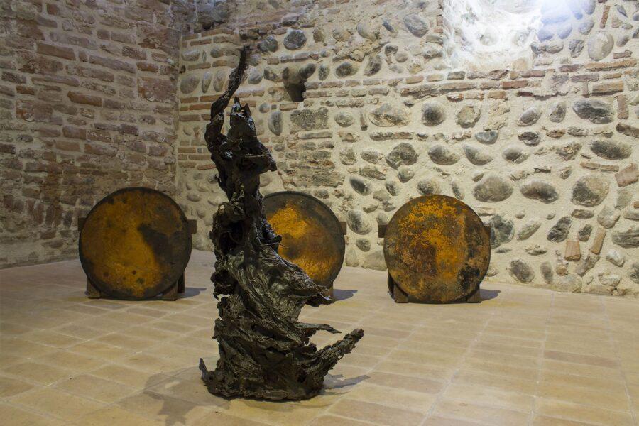 """Momentum - Scultura in cera tecnica; vista dell'installazione a Torre Delle Grazie durante la personale """"Il pianeta dove evaporano le rocce"""", Musei Civici di Bassano Del Grappa, 2018"""