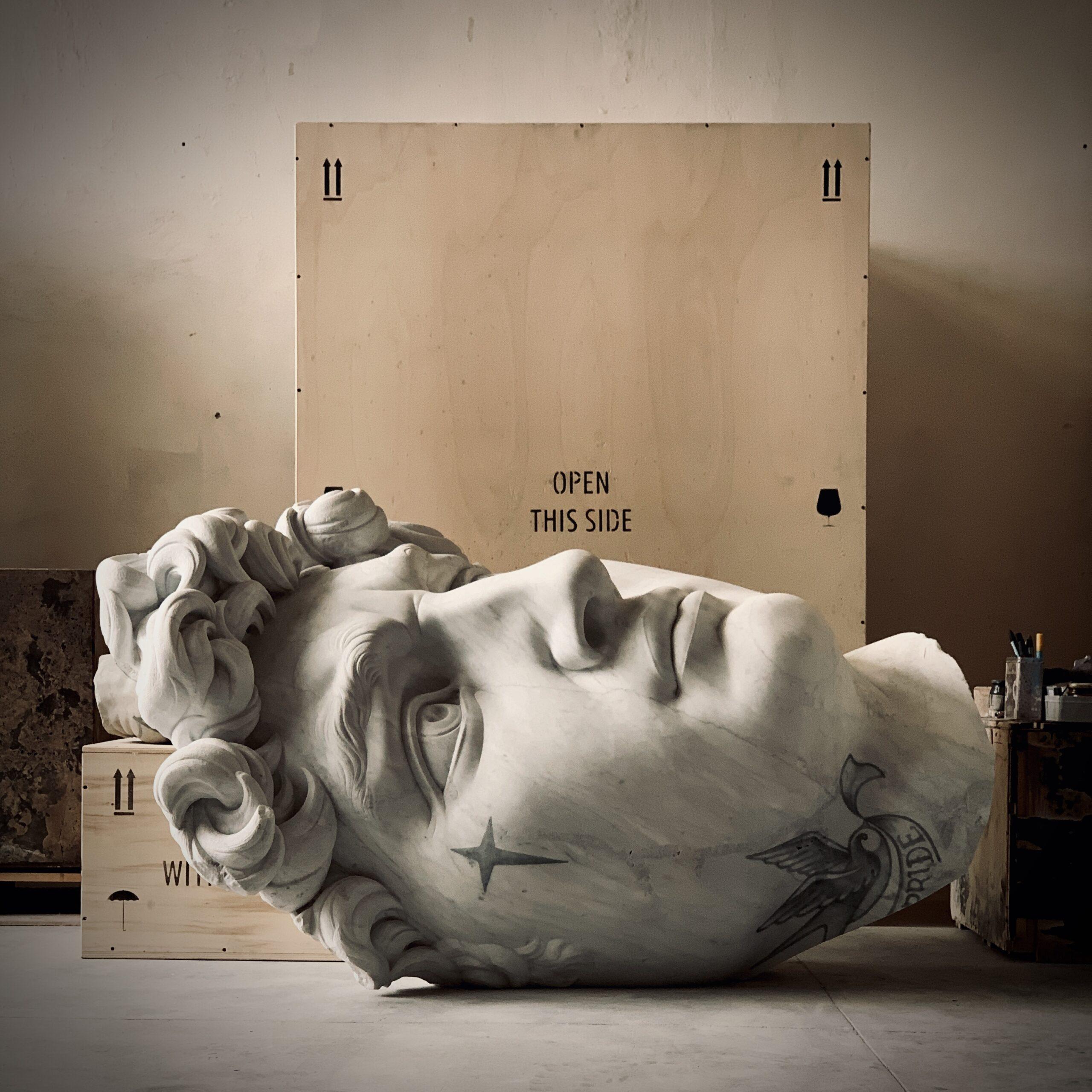 Marmo e tatuaggi in Pietrasanta: Fabio Viale in mostra con le sue sculture