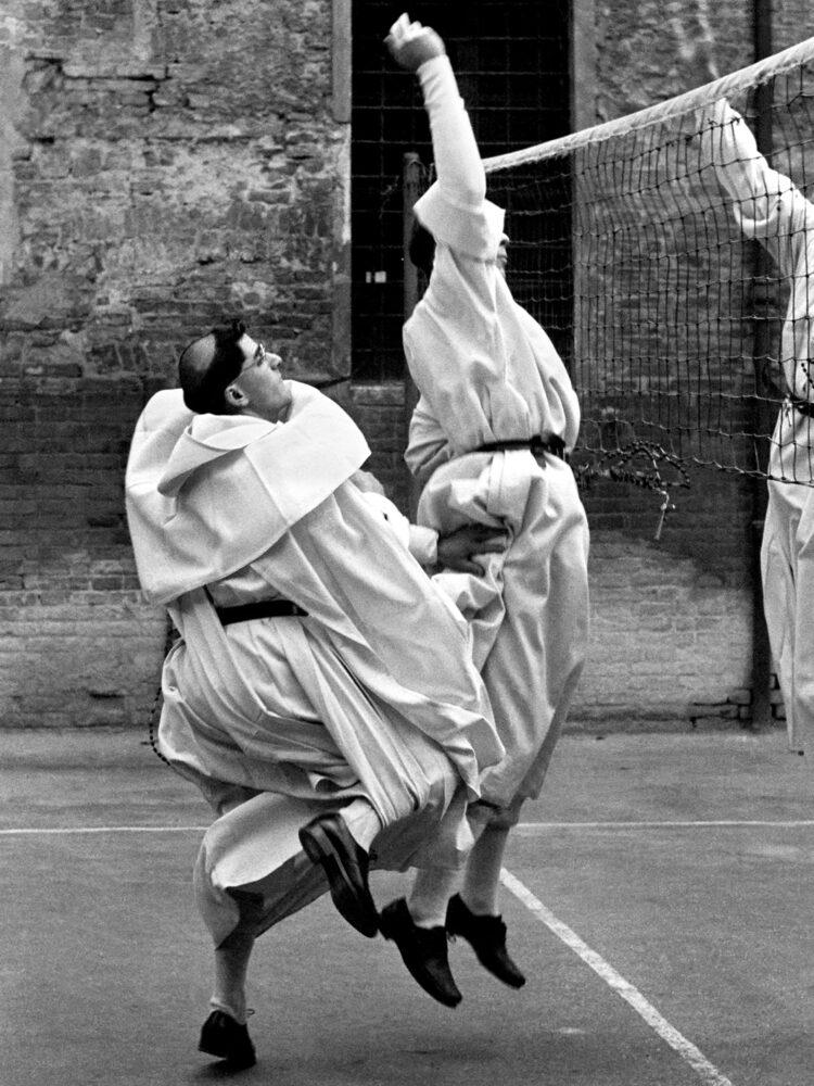 """Nino Migliori Frati volanti Da """"Gente dell'Emilia"""" 1956 © Fondazione Nino Miglior"""