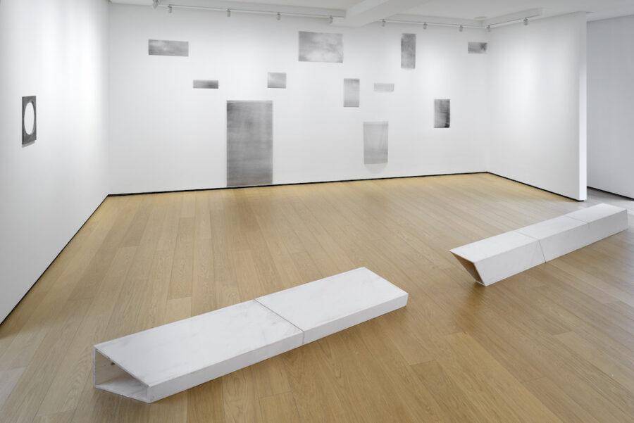 """Installation on view dalla mostra """"Materie, spazi, visioni"""", in corso fino al 6 giugno 2020. In questa foto, al secondo piano, Valerie Krause © Michele Sereni"""