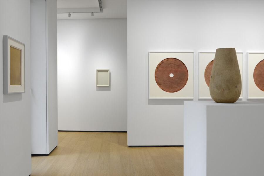 """Installation on view dalla mostra """"Materie, spazi, visioni"""", in corso fino al 6 giugno 2020. In questa foto, al primo piano, Marco Andrea Magni © Michele Sereni"""