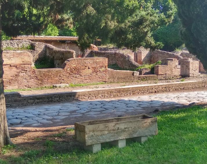 Sarcofago collocato lungo la via Ostiense