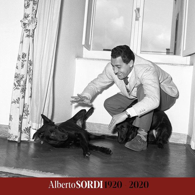 ALBERTO SORDI - LA MOSTRA DEL CENTENARIO Nella foto: Alberto Sordi in casa con i suoi cani, 1955 © Reporters Associati & Archivi