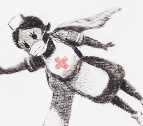 supereroina con la uniforme da infermiera