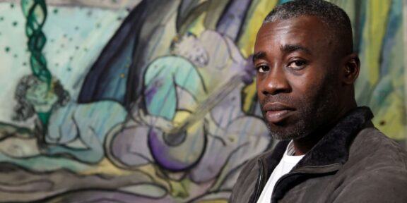 Chris Ofili di fronte a The Caged Bird's Song, 2017, National Gallery, Londra, Source: The Telegraph.co.uk