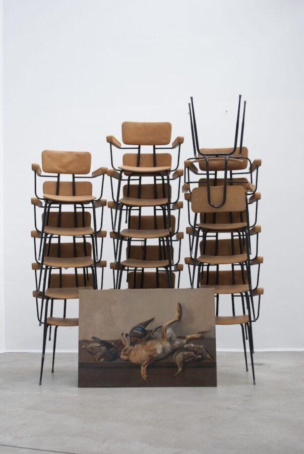 Arianna Carossa, Natura morta con sedie, 2014 sedie (17), dipinto a olio, Courtesy Collezione Michele Cristella