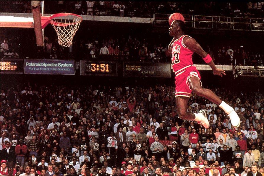 Michael Jordan, il canestro vincente. Le sue Sneakers vendute all'asta per 560 mila dollari