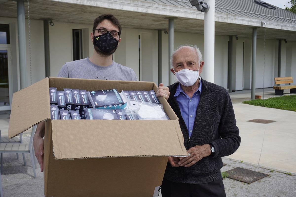 Stile, protezione e solidarietà. 500 mascherine di design per il grande don Gino Rigoldi