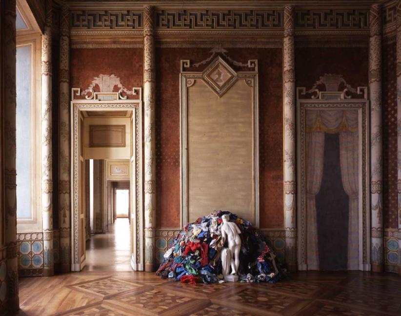 Michelangelo Pistoletto Venere degli stracci (Venus of the Rags), 1967 riproduzione di Venere classica in cemento ricoperto di mica, stracci / reproduction of Venus in cement covered in mica, rags Venere/ Venus, 130 x 40 x 45 cm / 51 3/16 x 15 3/4 x 17 11/16 in ; installazione / installation , 150 x 280 x 100 cm / 59 1/16 x 110 1/4 x 39 3/8 in. Castello di Rivoli Museo d'Arte Contemporanea, Rivoli - Torino GAM – Galleria Civica d'Arte Moderna e Contemporanea, Torino Deposito permanente / Permanent loan Fondazione CRT Progetto Arte Moderna e Contemporanea, 2006 Courtesy Castello di Rivoli Museo d'Arte Contemporanea, Rivoli - Torino