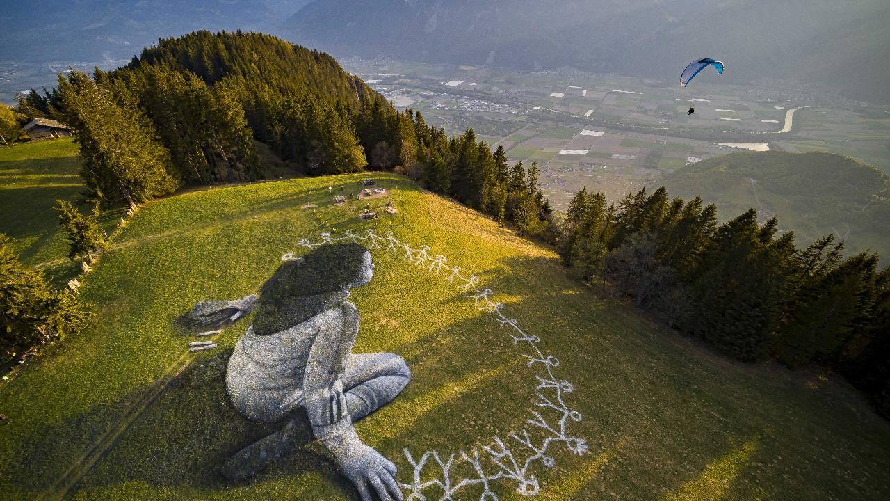 Messaggi di umanità dipinti sull'erba. L'arte ecologica di Saype nel documentario di ARTE