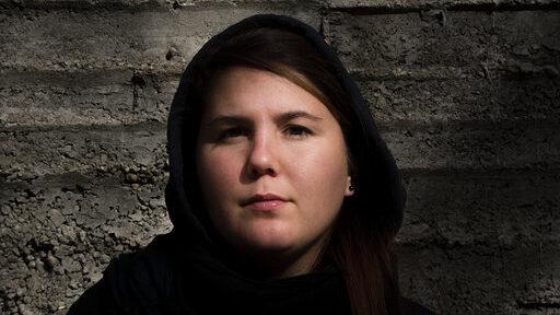 Caterina Erica Shanta, autoritratto nella gabbia dell'orso. Courtesy dell'artista