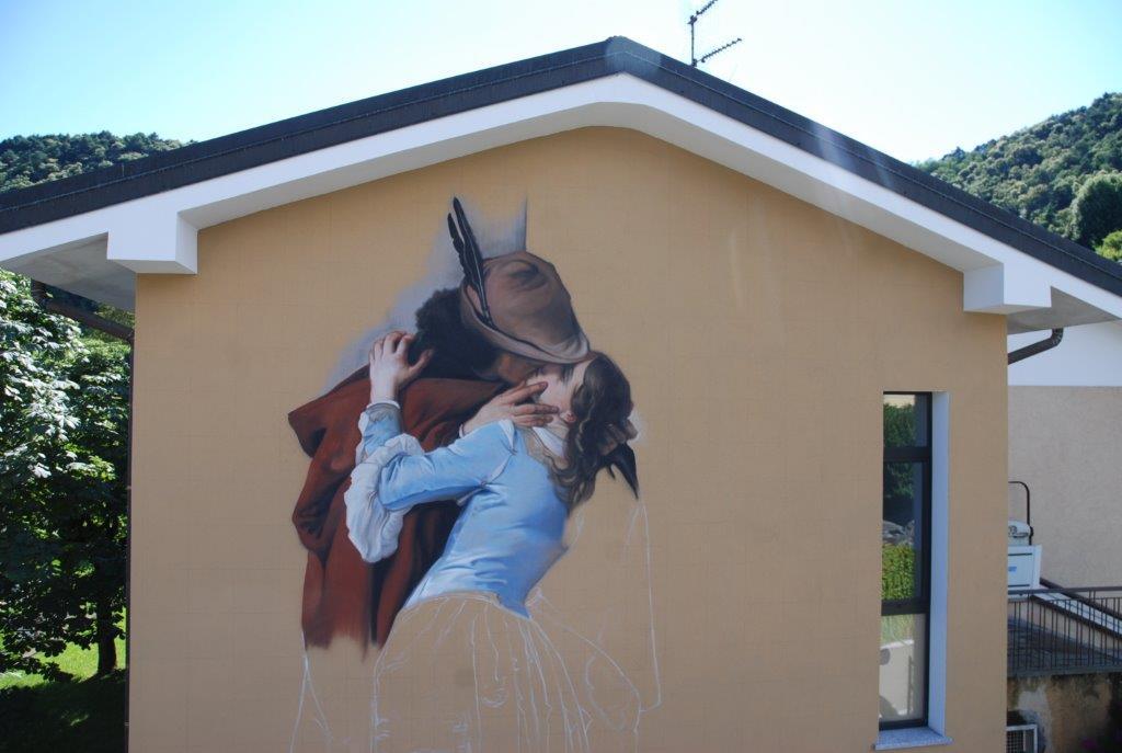 """Hayez secondo Ravo: """"Il Bacio"""" in versione street art a Comabbio"""