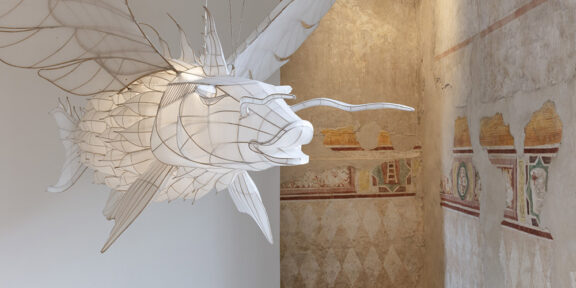 Utopie fantastiche - AI WEIWEI 'Feiyu' 2015, bambù e seta, 320 x 200 x 60 cm; 126 x 78,7 x 23,6 pollici. Per gentile concessione: l'artista e GALLERIA CONTINUA. Foto Andrea Rossetti