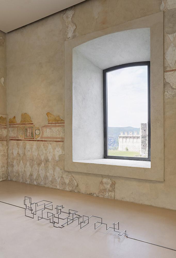Utopie fantastiche - ANTONY GORMLEY 'SIGNAL' 2012, barra in acciaio dolce a sezione quadrata da 6 mm, 25 x 57 x 222 cm. Per gentile concessione: l'artista e GALLERIA CONTINUA. Foto Andrea Rossetti