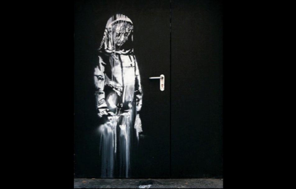 La porta del teatro Bataclan dipinta da Banksy
