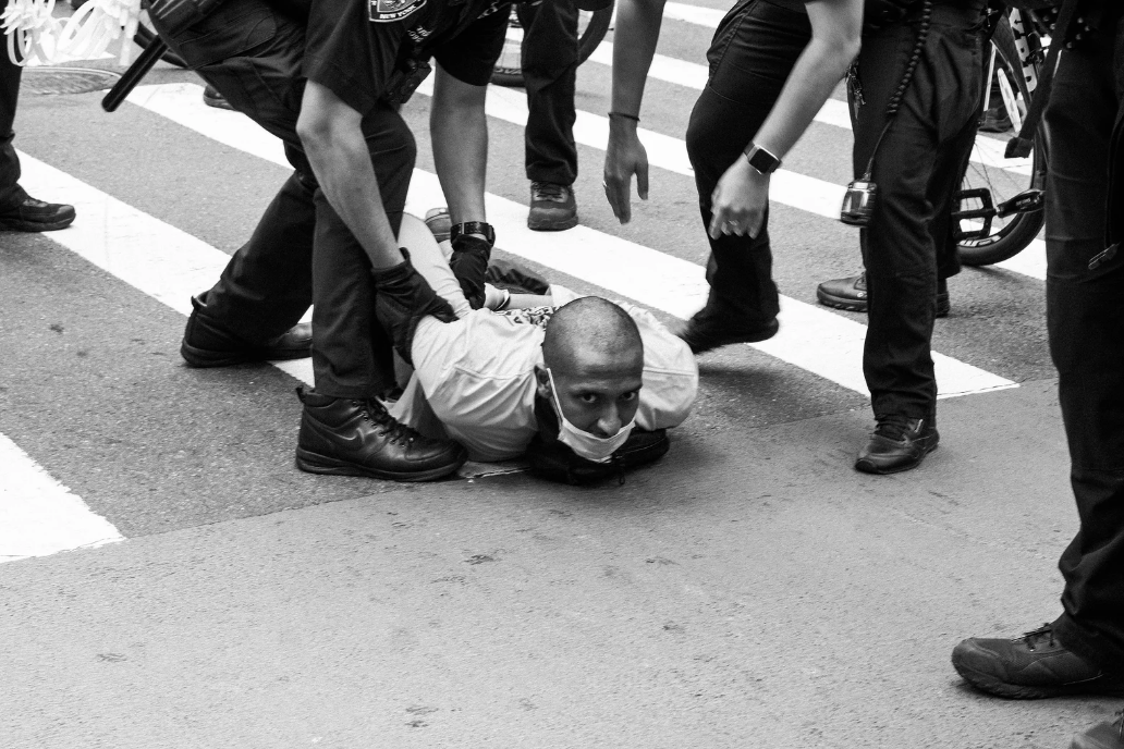 """""""I Can't Breathe"""". Un artista alle manifestazioni per la morte di George Floyd, ecco le immagini"""