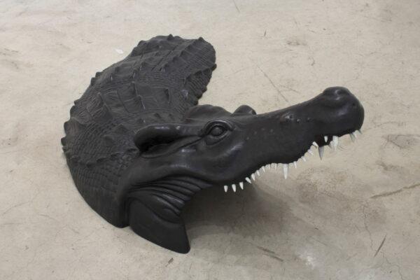 Roland Ventura, Crocodile, 2018. Firma incisa sul lato destro, scultura in bronzo su base in legno dipinta di bianco, cm 48x140x75. Stima 12.000-18.000 euro