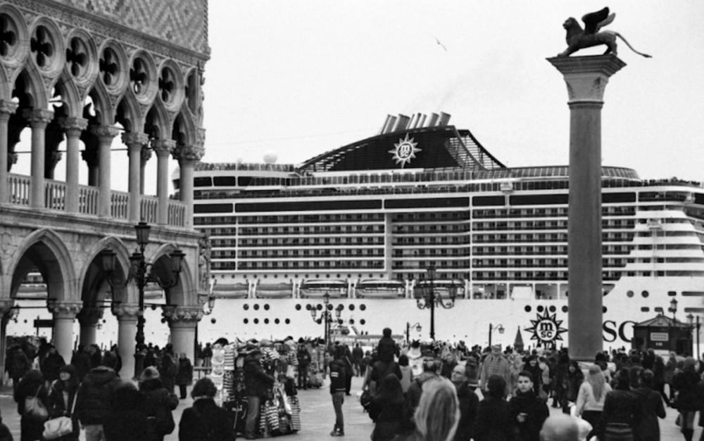 Navi da Crociera nel bacino di San Marco ©Gianni Berengo Gardin courtesy Fondazione Forma per la Fotografia