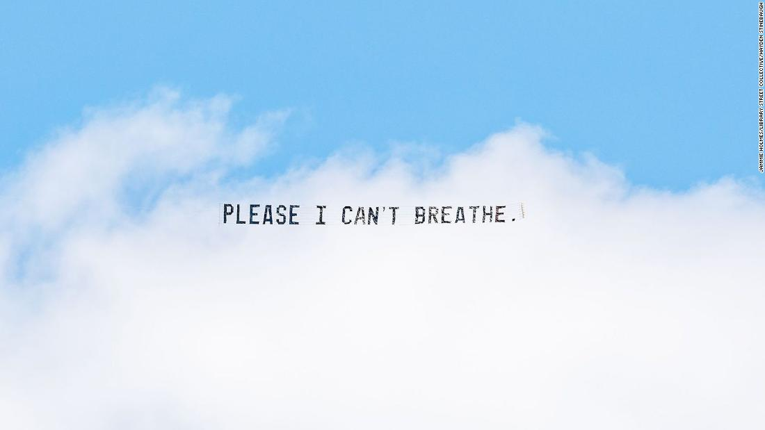 Please I Can't Breathe: le ultime parole di George Floyd scritte in cielo
