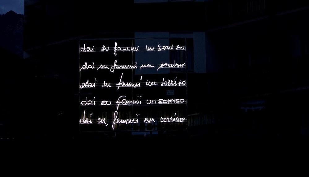 Intima grafia e pubblica visione: Vittorio Corsini espone i suoi neon tra Milano e Prato