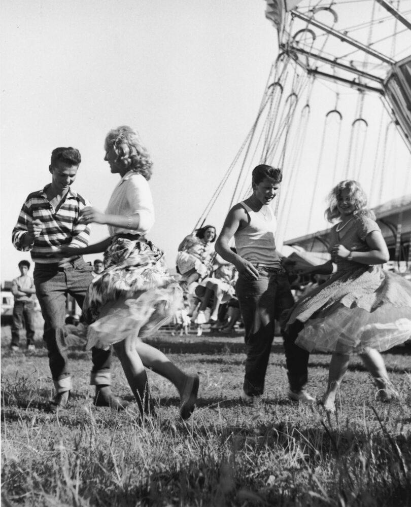 01_Mario-Cattaneo-dalla-serie-Luna-Park-1955-1963-©-Museo-di-Fotografia-Contemporanea-810x1000 La fotografia scende in piazza: 30 scatti di Mario Cattaneo raccontano la Milano del boom