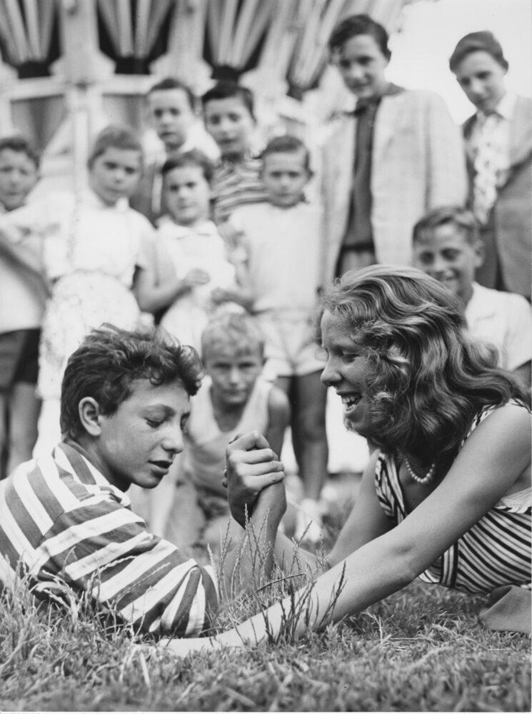 02_Mario-Cattaneo-dalla-serie-Luna-Park-1955-1963-©-Museo-di-Fotografia-Contemporanea-745x1000 La fotografia scende in piazza: 30 scatti di Mario Cattaneo raccontano la Milano del boom