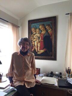Grete Heinz davanti alla stampa del dipinto nella sua camera da letto aCarmel, California, 2020 © Grete Heinz, Courtesy Castello di RivoliMuseod'ArteContemporanea,Rivoli-Torino