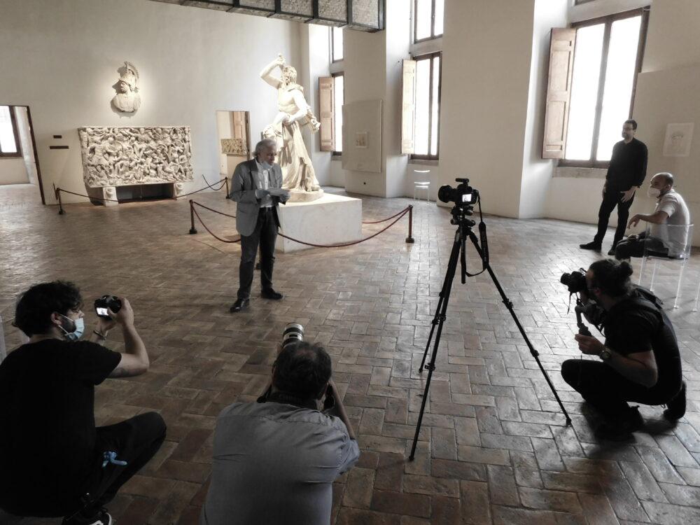 Abel Ferrara legge i versi di Gabriele Tinti accanto la statua del Galta Suicida al Museo Nazionale Romano di PAbel Ferrara e Gabriele Tinti al Museo Nazionale Romano di Palazzo Altemps Courtesy Mauro Maglionealazzo Altemps