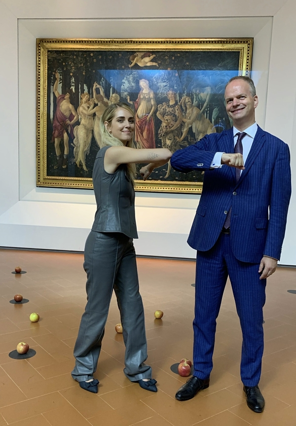 Cambio d'abito, ed ecco Chiara Ferragni con Eike Schmidt davanti alla Primavera di Botticelli_opt