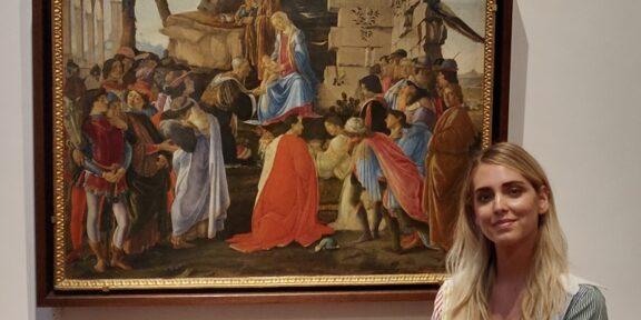 Chiara Ferragni davanti all'Adorazione dei Magi con autoritratto di Botticelli