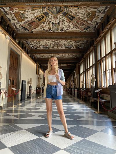 Chiara Ferragni nel primo Corridoio degli Uffizi