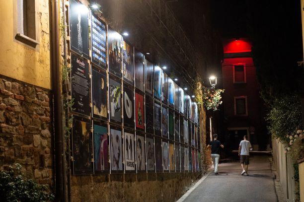 Lajatico museo a cielo aperto. Centinaia di opere d'arte invadono il borgo, da Oliviero Toscani a Giuseppe Veneziano