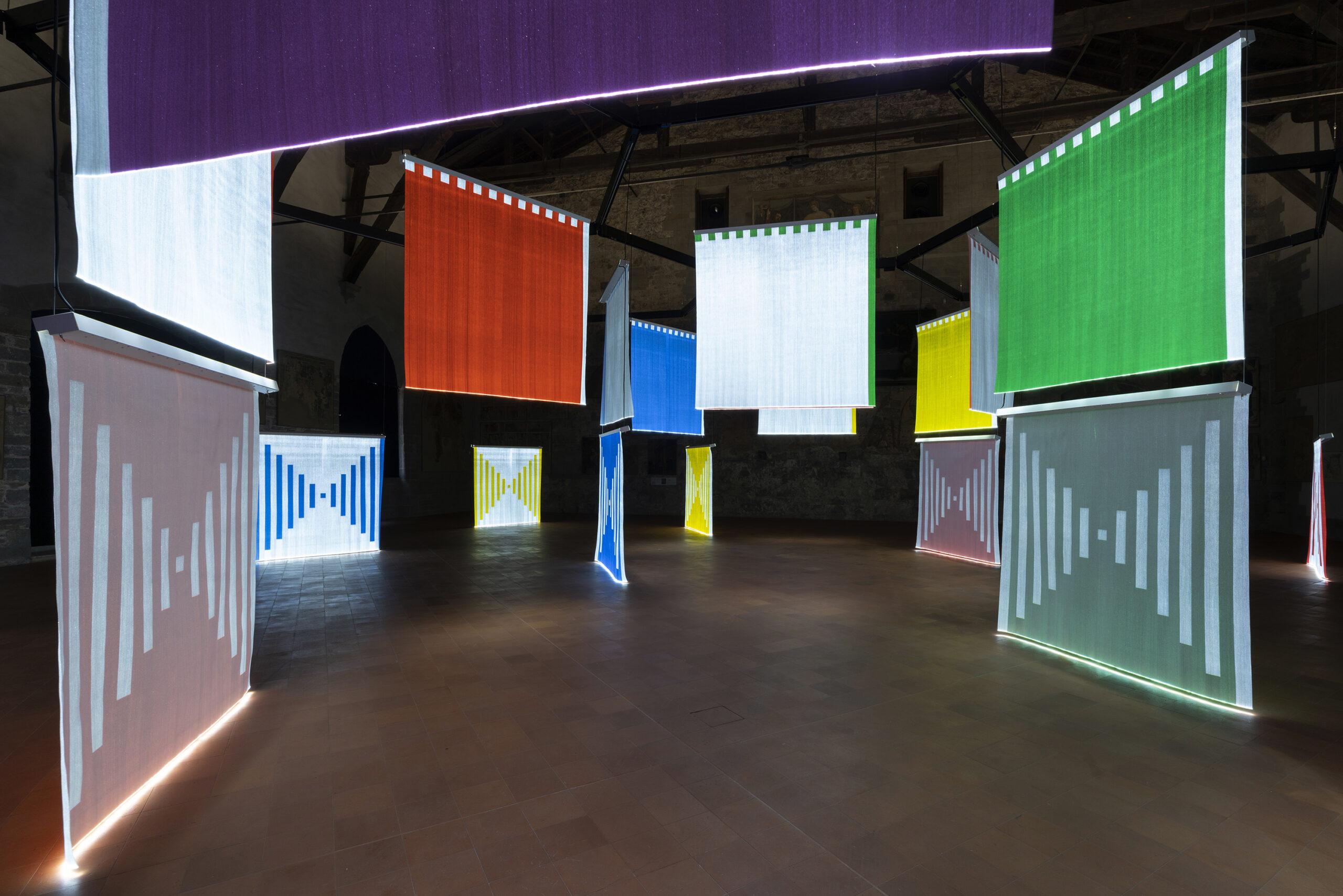Scintille di speranza su teli illuminati: la mostra di Daniel Buren alla GAMeC di Bergamo
