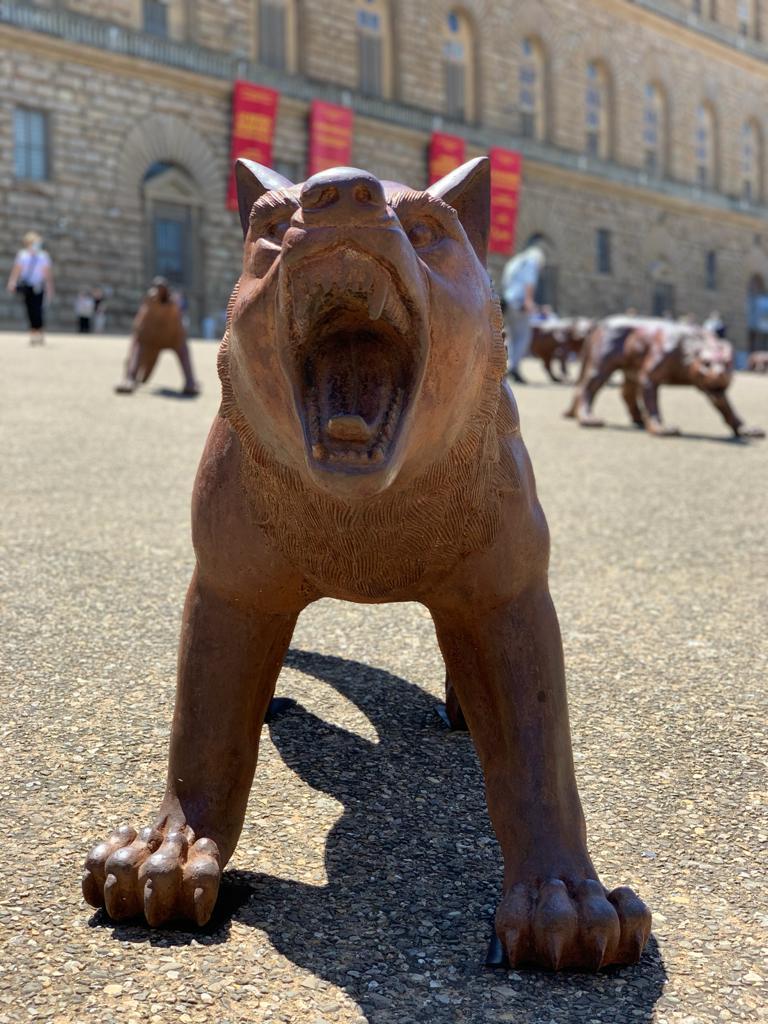 I lupi di Liu Ruowang a Piazza Pitti, a Firenze