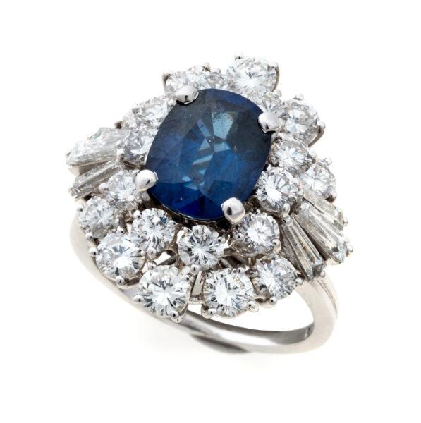 Lotto 456 - in oro bianco 18 kt., a cupola con zaffiro centrale blu del Siam e contorno con diamanti taglio tondo e diamanti taglio teppers. Stima 4.000-6.000 euro