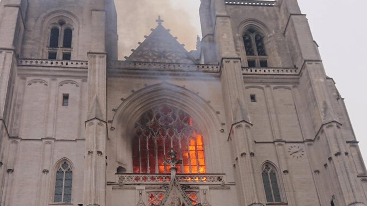 Come Notre Dame. In Francia il fuoco brucia la Cattedrale di Nantes