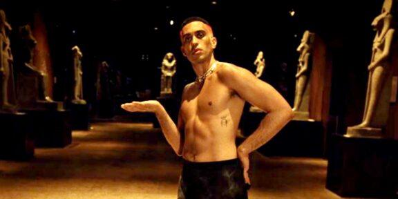 Mahmood nel video al Museo Egizio di Torino