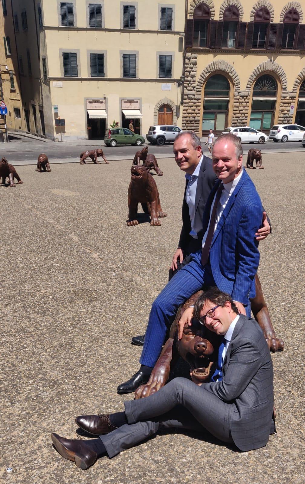 Nardella, de Magistris e Schmidt divertiti con un lupo di Liu Ruowang