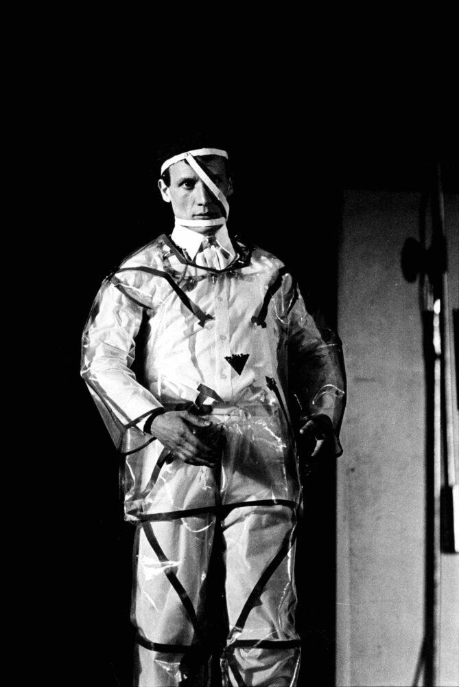 Giacomo Spazio in azione Teatro Miele - performance - 1980 - Foto Roby S.
